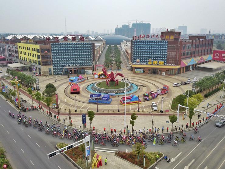 2018环中国国际公路自行车赛潜江长飞赛段开赛
